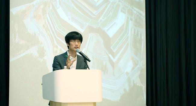 이해진 네이버 의장이 15일 춘천 네이버 데이터센터 각에서 열린 기자간담회에서 기자들과 대화하고 있다 - 네이버 제공